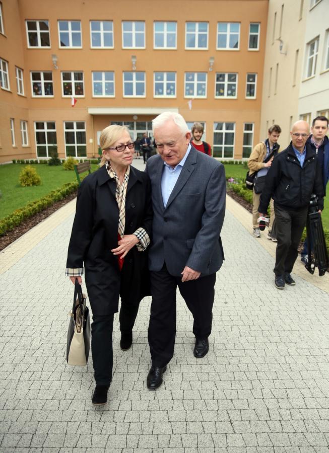 Szef SLD Leszek Miller z żoną Aleksandrą po głosowaniu w pierwszej turze wyborów prezydenckich, 10 bm. w lokalu wyborczym w Warszawie