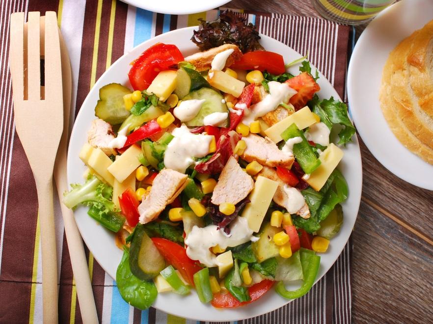 Wiosenna sałatka z żółtym serem i kurczakiem