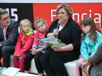 Komorowska czyta dzieciom. Stadion Narodowy wielką księgarnią. ZDJĘCIA