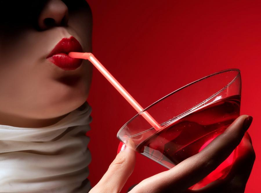 Polki piją na potęgę, ale w samotności