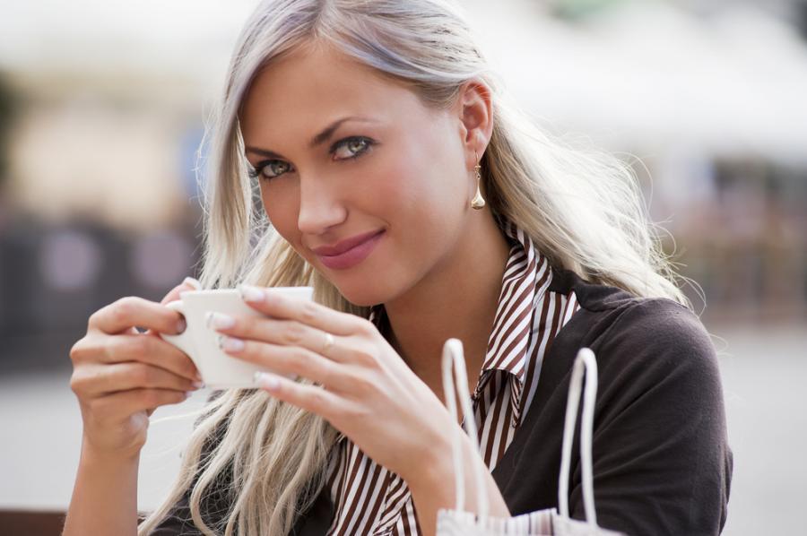 Kobieta pijąca kawę