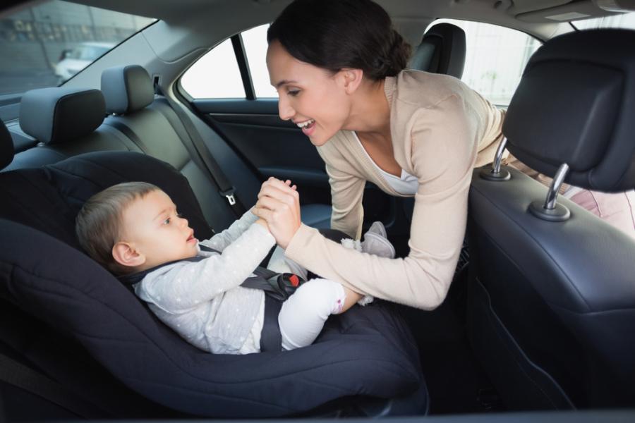Matka z niemowlęciem w samochodzie