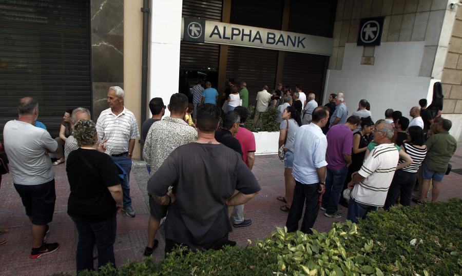 Kolejki do greckich bankomatów