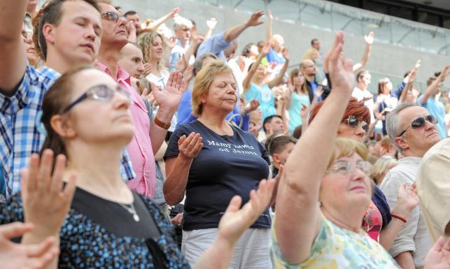 Wierzą w cud uzdrowienia... Ks. Bashobora i tysiące wiernych na Narodowym. ZDJĘCIA