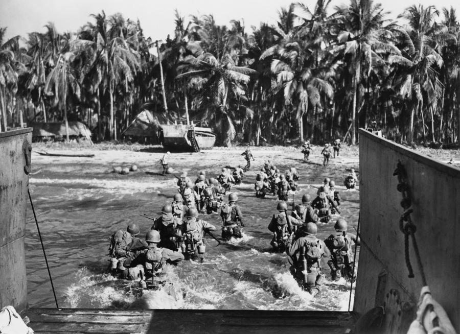 Amerykańscy żołnierze lądują na plaży w czasie II wojny światowej