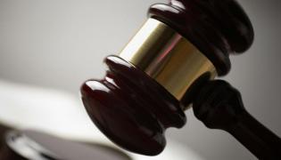 Prokuratura oskarżyła osiem osób o groźby karalne