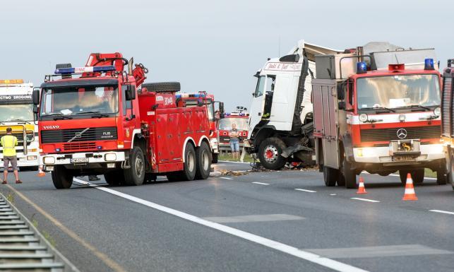Karambol na A4. Ciężarówka staranowała samochody. ZDJĘCIA z dramatycznej akcji ratunkowej