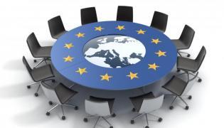 Stół z symbolami Unii Europejskiej - zdjęcie ilustracyjne