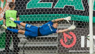 Bramkarz z miejscowego KGHM Zagłębia Konrad Forenc puszcza gola w meczu T-Mobile Ekstraklasy z Koroną Kielce, rozegranym w Lubinie