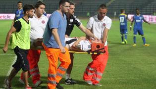Ondrej Duda na noszach opuszcza boisko w Tiranie