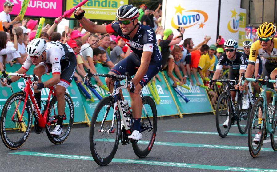 Włoch Matteo Pelucchi (2L) z grupy IAM finiszuje przed swoim rodakiem Giacomo Nizzolo (L) z zespołu i Belgiem Tomem Van Asbroeckiem (P) z LottoNL-Jumbo na mecie trzeciego etapu 72. Tour de Pologne z Zawiercia do Katowic długości 166 km
