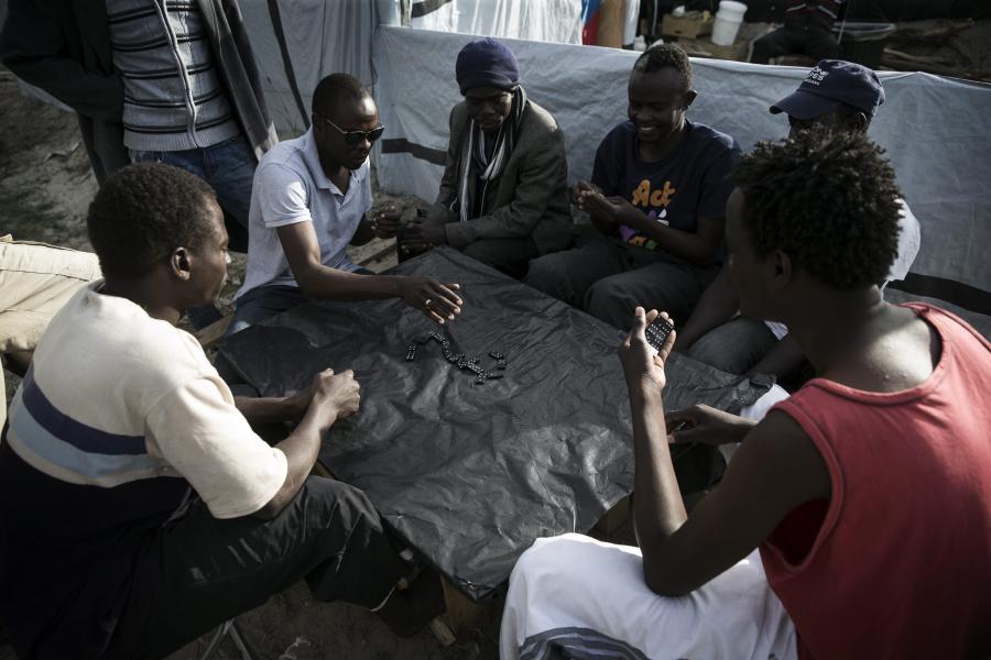 Imigranci w obozie pod Calais
