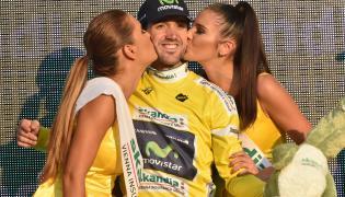Hiszpan Jon Izagirre (C) z ekipy Movistar zwyciężył w zakończonym w sobotę, 08 bm. w Krakowie 72. Tour de Pologne