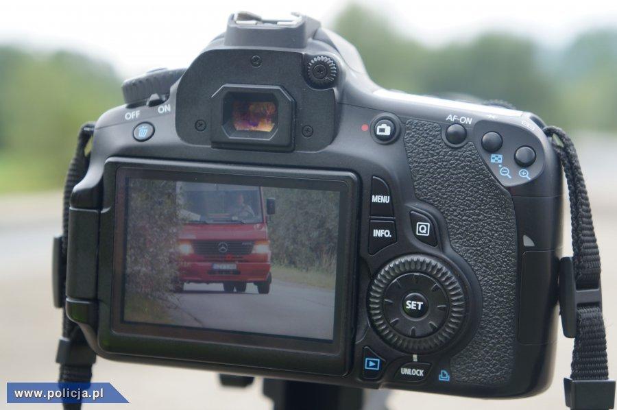 Policja z aparatem fotograficznym łapie kierowców m.in. za rozmowę przez telefon