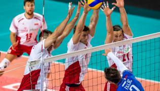 Po drugiej stronie siatki, od lewej: Polacy Bartosz Kurek, Piotr Nowakowski i Rafał Buszek oraz Francuz Kévin Tillie (P) w meczu XIII Memoriału Huberta Jerzego Wagnera w Toruniu