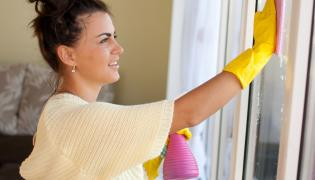 Kobieta myje okno