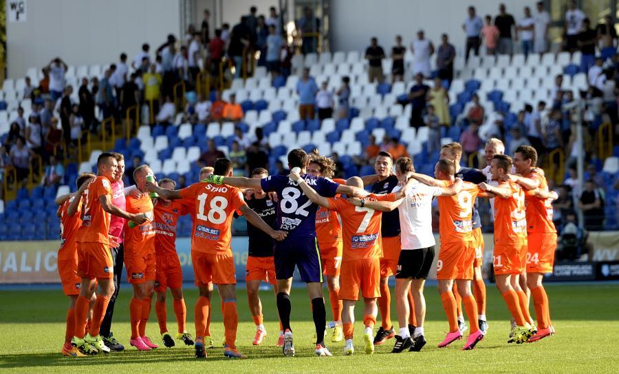 Zawodnicy Termaliki Bruk-Bet Nieciecza cieszą się po wygranej 3:1 z Lechem Poznań