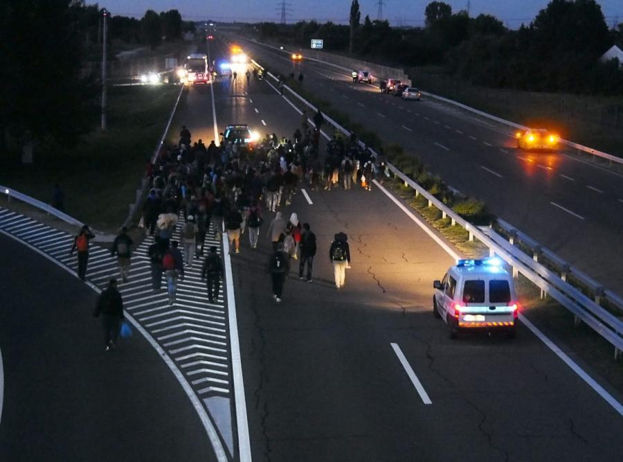 Grupa uchodźców na autostradzie na Węgrzech, niedaleko miasta Szeged