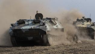 Ukraińskie transportery opancerzone niedaleko Mariupola