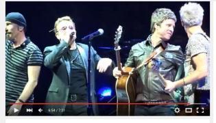 Noel Gallagher na scenie z U2
