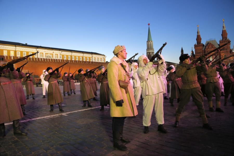 Rosyjscy żołnierze w historycznych mundurach Armii Czerwonej podczas próbnej parady na Placu Czerwonym w Moskwie