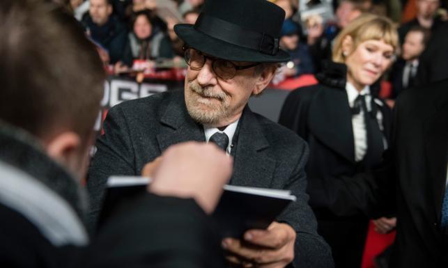 Spielberg w kapeluszu, a Tom Hanks w blondzie na premierze \