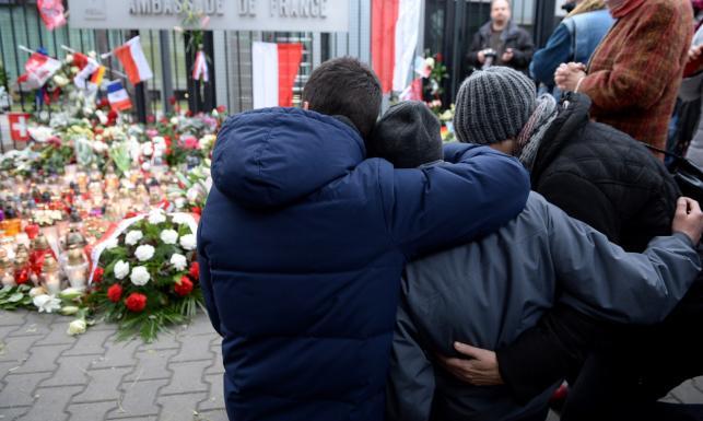 Świat w szoku po zamachach w Paryżu. Ponad setka zabitych, wielu rannych w stanie krytcznym [ZDJĘCIA]