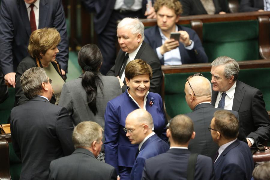 Premier Beata Szydło i prezes PiS Jarosław Kaczyński w otoczeniu polityków