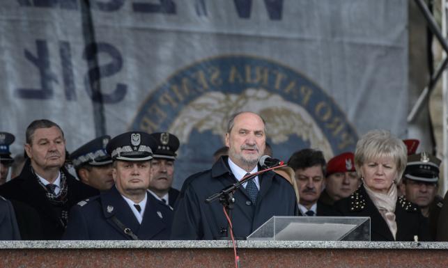 Macierewicz: Wyjaśnienie katastrofy najwyższym honorem Wojska Polskiego