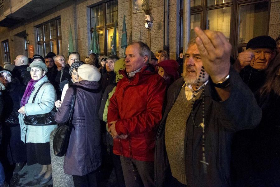 Protesty środowisk katolickich i przedstawicieli Ruchu Oburzonych przed Teatrem Polskim we Wrocławiu