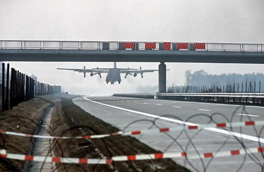 Lockheed C-130 Hercules ląduje na niemieckiej autostradzie A29 podczas ćwiczeń NATO