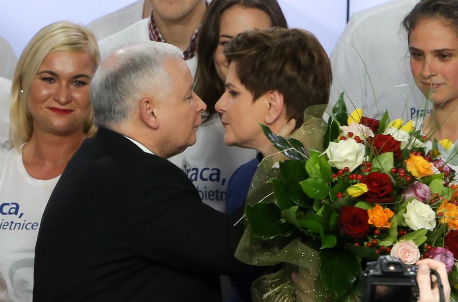 Jarosław Kaczyński oraz wiceprezes PiS, kandydatka na premiera Beata Szydło w trakcie wieczoru wyborczego Prawa i Sprawiedliwości
