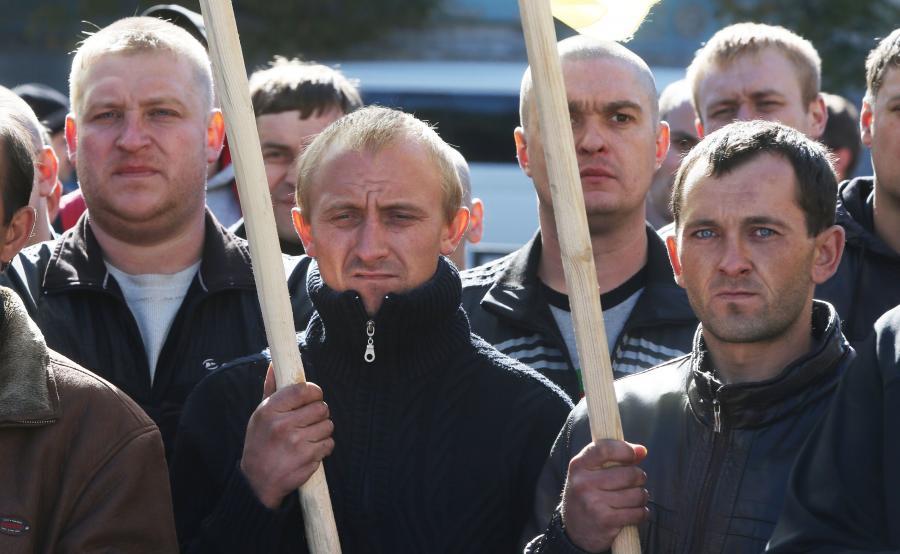 Ukraińscy górnicy demonstrują w Kijowie, w pobliżu ukraińskiego parlamentu, 7 października 2015 r.