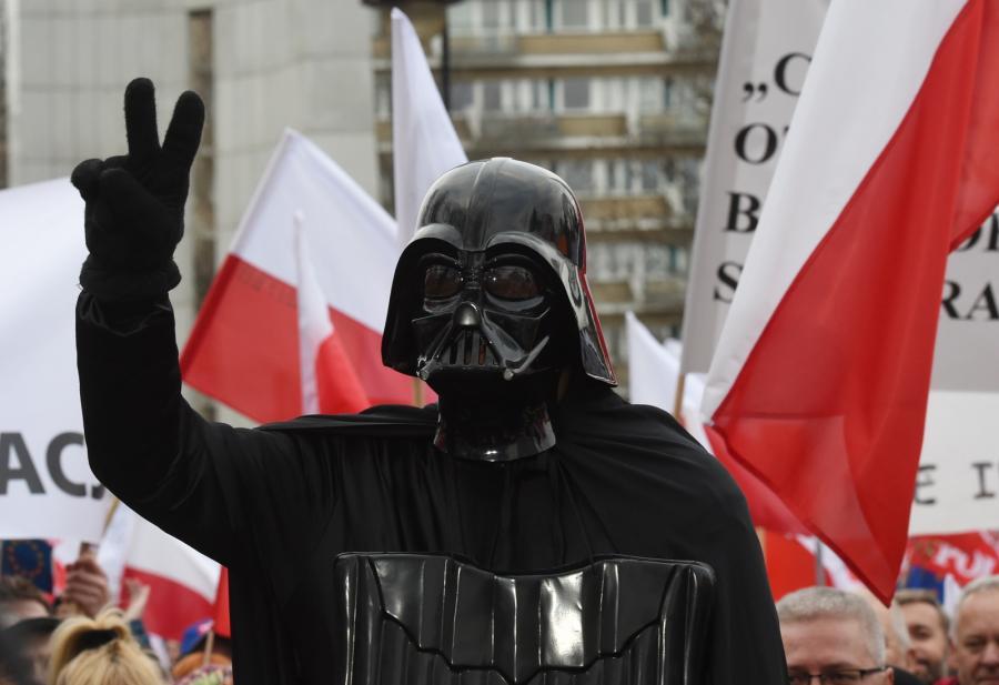 Uczestnik manifestacji KOD w stroju Dartha Vadera