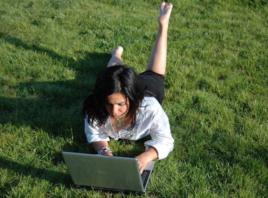 Polacy wakacje planują w sieci