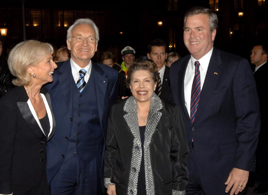 Columba Bush (w środku)