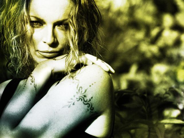 Czy to stylizacja do sesji, czy tatuaż na ramieniu Anny Marii Jopek?