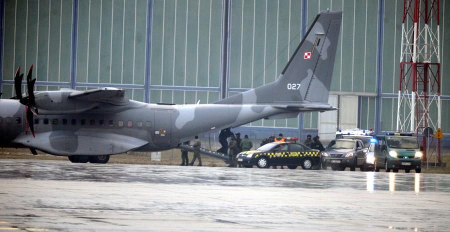 Podejrzany o zabójstwo kobiety Kajetan P. wyprowadzany z samolotu specjalnego CASA,