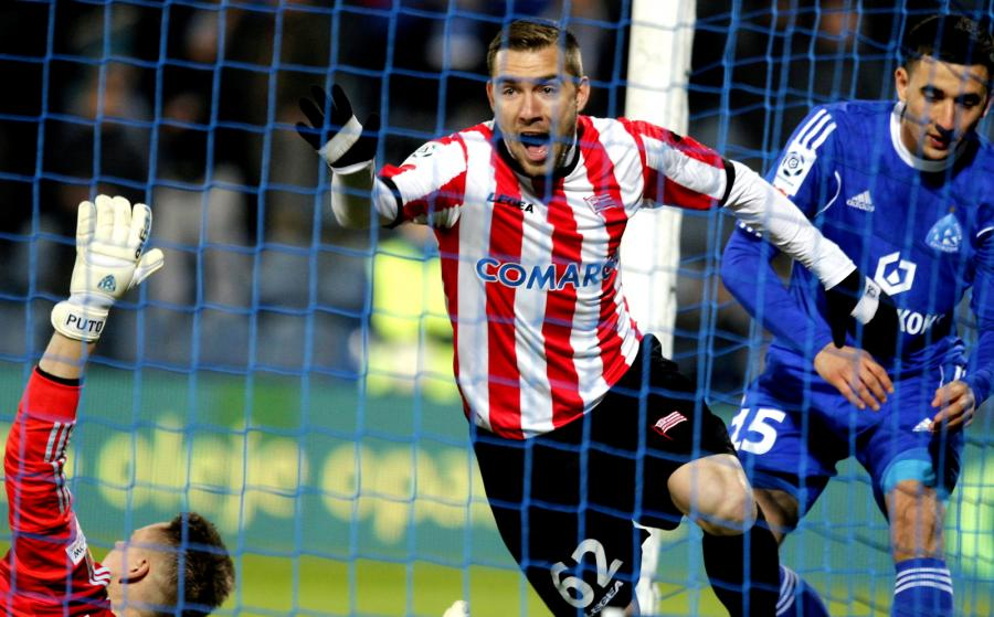 Piłkarz Cracovii Erik Jendrisek (C) cieszy się z gola podczas meczu polskiej Ekstraklasy z Ruchem Chorzów