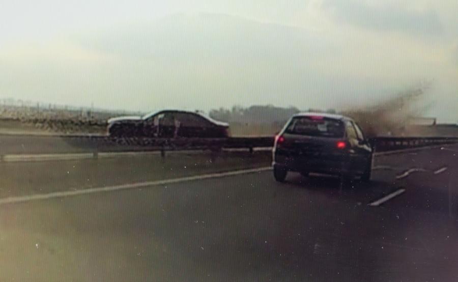 Moment wypadku prezydenckiego auta zarejestrowany kamerą samochodową, zaprezentowany na ekranie laptopa przez autora nagrania Mirosława Zielińskiego we Wrocławiu