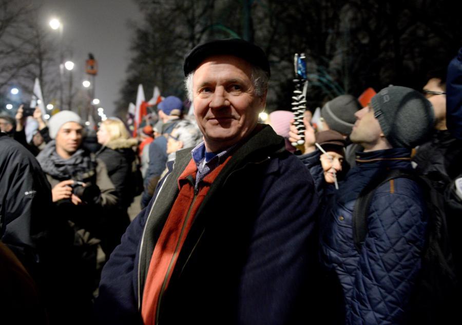 Działacz opozycji demokratycznej w czasach PRL Zbigniew Bujak podczas protestu przed Kancelarią Prezesa Rady Ministrów