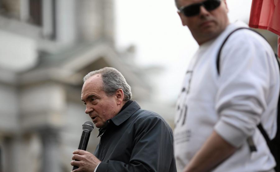 Ksiądz Stanisław Małkowski przemawia w czasie demonstracji przeciwko odbudowie tęczy na Placu Zbawiciela w Warszawie