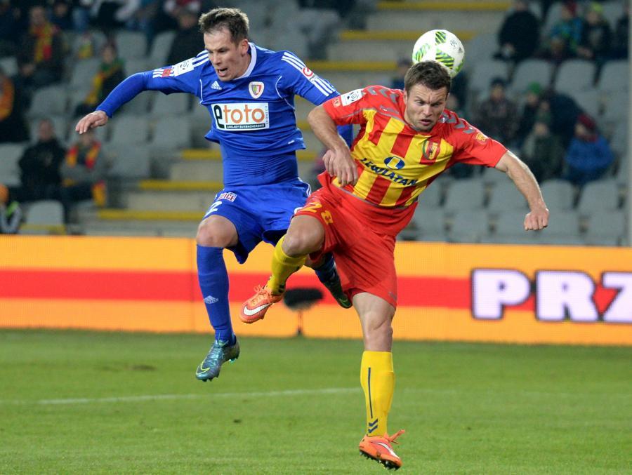 Zawodnik Korony Kielce Vladislavs Gabovs (P) walczy o piłkę z Patrikiem Mrazem (L) z Piasta Gliwice podczas meczu polskiej Ekstraklasy