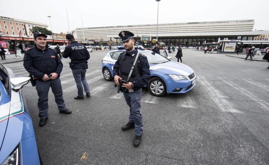Włoscy policjanci przed dworcem kolejowym w Rzymie