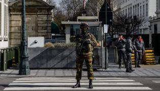 Belgijski żołnierz w Brukseli po zamachach terrorystycznych