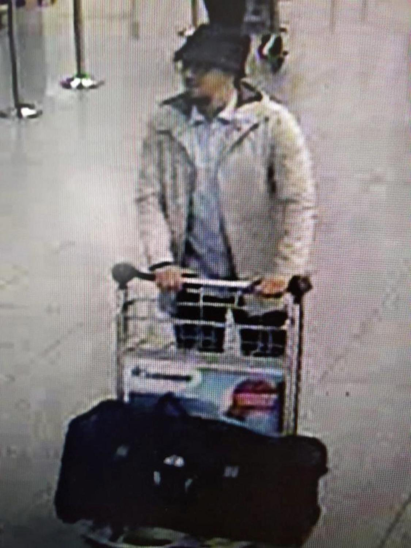 Faycal Cheffou nagrany przez monitoring na lotnisku Zaventem w Brukseli