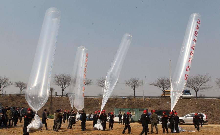 Południowokoreańscy aktywiści z balonami