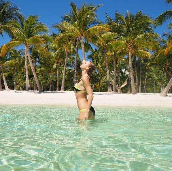Taylor Swift na plaży uwodzi w stroju kąpielowym [ZDJĘCIA]