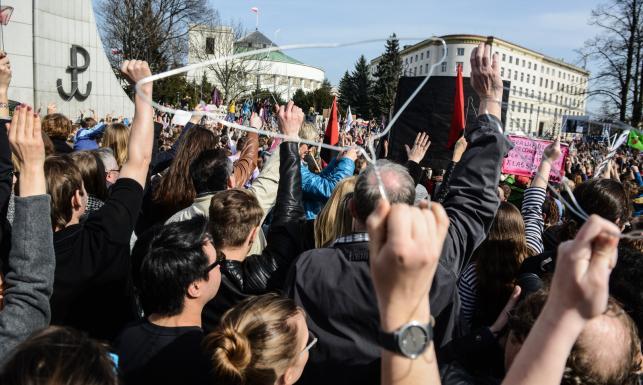 Wieszaki, transparenty, okrzyki. Protest przeciwko całkowitemu zakazowi aborcji [ZDJĘCIA]