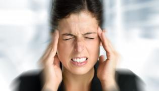 Kobieta cierpi na ból głowy
